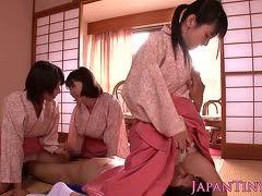 Drei Geishas lassen sich bei CFNM-Gangbang oral befriedigen