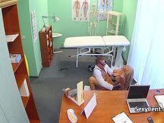 Im Krankenhaus fickt die Blondine mit dem Arzt