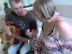 Mit der Gitarre öffnet er die Fotze seiner reifen Stiefmutter