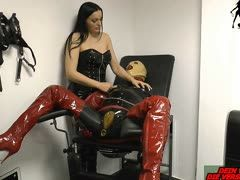 Sklave bekommt von deutscher Mistress Nippelfolter